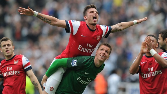 Olivier Giroud and Wojciech Szczesny celebrate after the victory at Newcastle