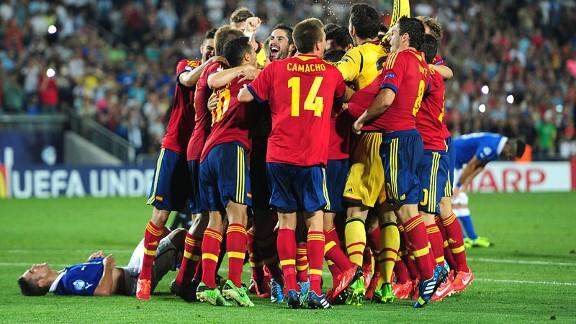 spaingroupcelebft 576x324 - Spain crowned Under-21 European Champions